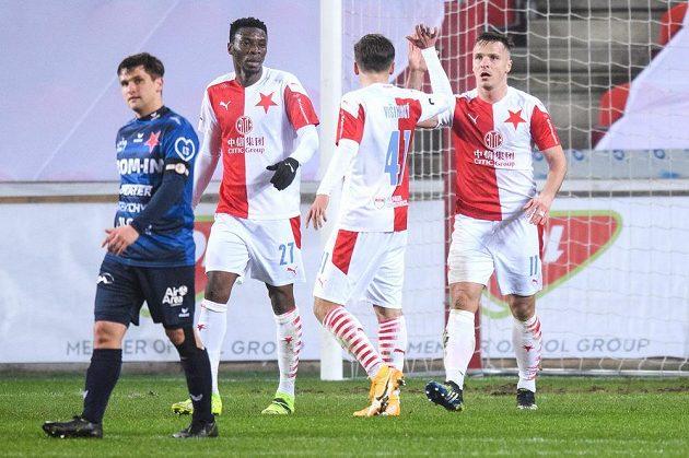 Fotbalisté Slavie Praha Ibrahim Traoré, Denis Višinský a Stanislav Tecl oslavují gól na 4:0 během utkání osmifinále MOL Cupu s Karlovými Vary.