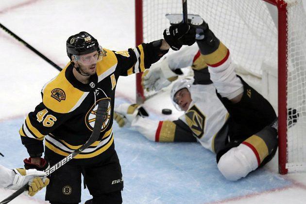 Český útočník Bostonu David Krejčí oslavuje svůj gól do sítě vegas v zápase NHL.
