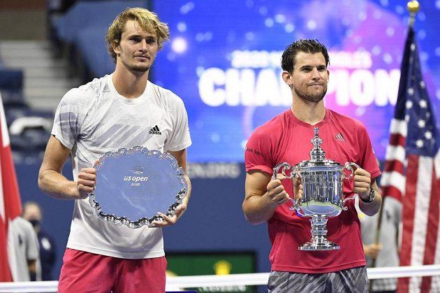 Hotovo! Novým šampionem tenisového US Open je Rakušan Dominic Thiem (vpravo), vedle něj stojí poražený finalista Alexander Zverev z Německa.