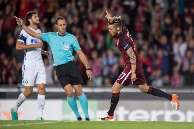 Sparťan Václav Kadlec oslavuje gól, který vstřelil během utkání v základní skupině Evropské ligy proti Interu Milán.