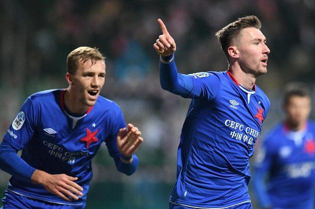 Slávista Jaromír Zmrhal (vpravo) otevřel skóre utkání v Mladé Boleslavi. S gratulací k němu spěchá Tomáš Souček.