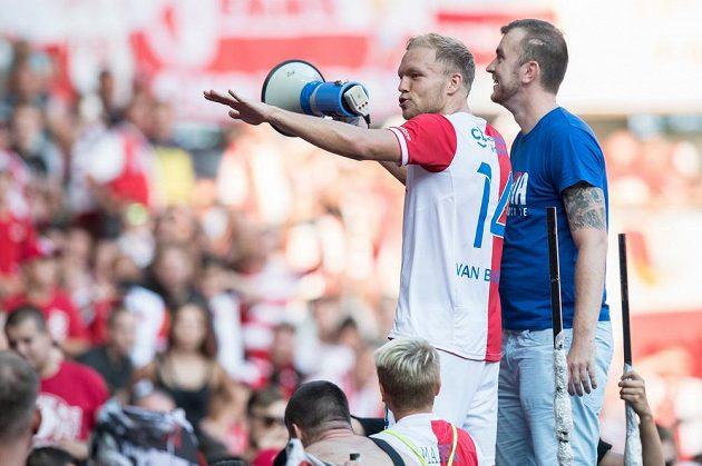 Fotbalista Slavie Mick van Buren během děkovačky s fanoušky po utkání 5. kola HET ligy. Slavia vyhrála nad Mladou Boleslaví 4:0.