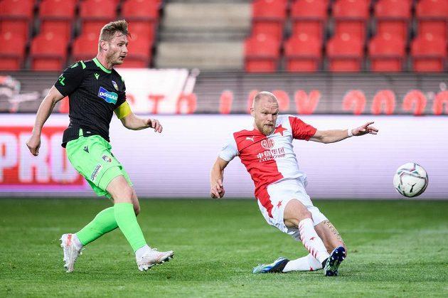 Jakub Brabec z Viktorie Plzeň a Mick van Buren ze Slavie Praha během utkání 30. kola Fortuna ligy.