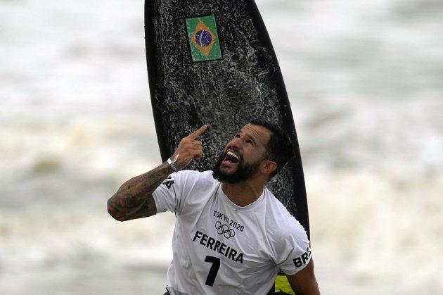 Brazilec Italo Ferreira oslavuje vítězství v premiéře surfingu na olympijských hrách