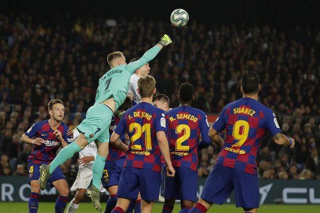 Brankář Barcelony Marc-Andre ter Stegen zasahuje na Camp Nou v duelu s Realem Madrid.