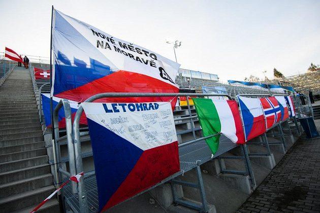 Pořadatelé rozvěsili před sprintem vlajky na prázdné tribuně biatlonového areálu v Novém Městě na Moravě.