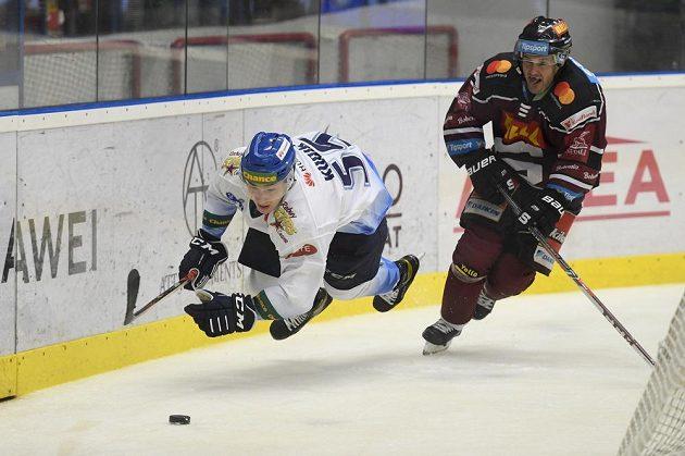 Adam Kubík z Kladna a Lukáš Pech ze Sparty v utkání hokejového Česká Generali Cup.
