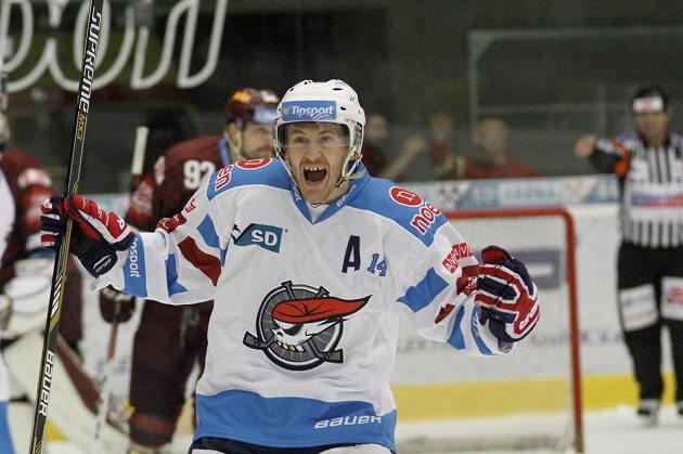Marek Tomica z Chomutova se raduje z gólu.