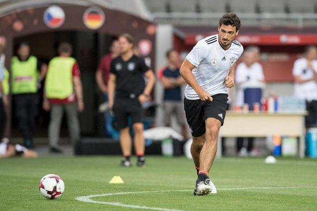 Německý obránce Mats Hummels během tréninku před utkáním kvalifikace MS 2018 s Českou republikou.