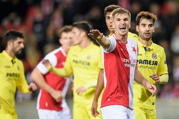 Jakub Jugas ze Slavie Praha gestikuluje během duelu s Villarrealem.