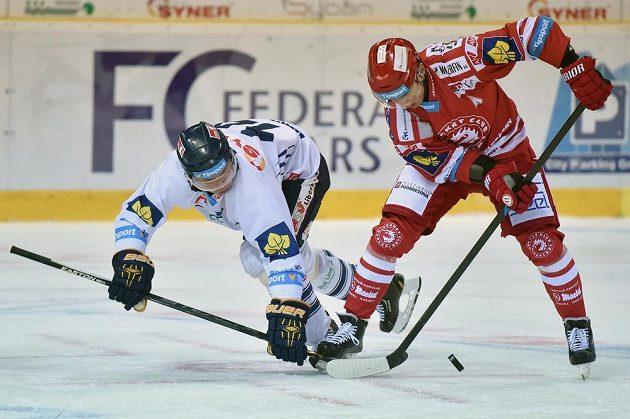 Liberecký útočník Petr Vampola (vlevo) bojuje o puk s třineckým forvardem Jiřím Polanským.