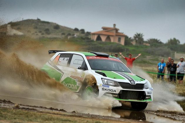 Jan Kopecký se Škodou Fabia R5 na trati Rallye Sardinie v závodě mistrovství světa.