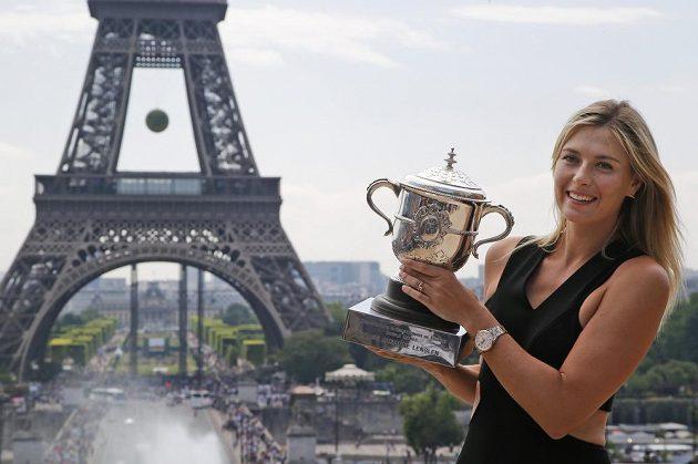 Maria Šarapovová se s trofejí ráda Pařížanům pochlubila.