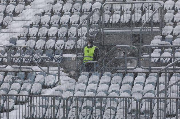 Zasněžené tribuny na opavském stadionu.