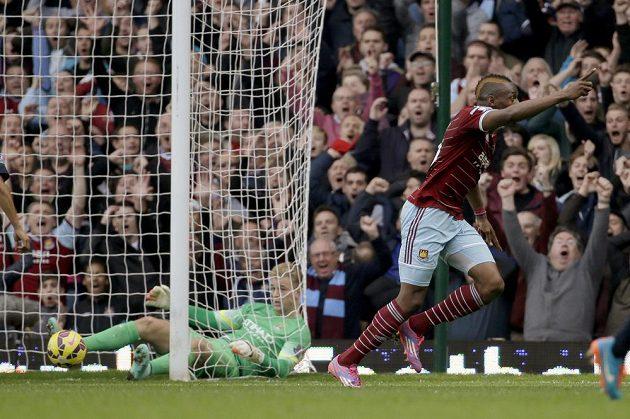 Útočník West Hamu Diafra Sakho (vpravo) se raduje z gólu v síti Manchesteru City.