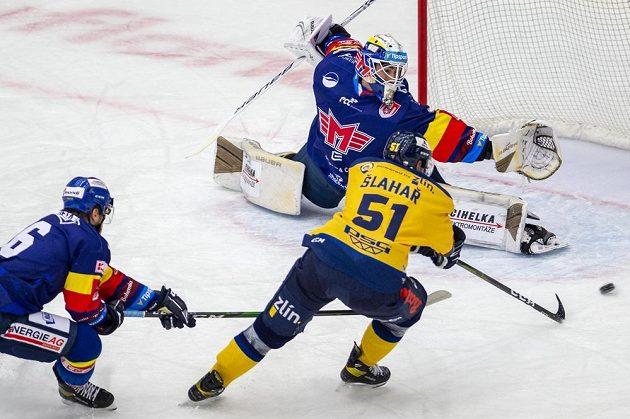 Zleva českobudějovičtí hokejista Ondřej Slováček a brankář Jiří Patera, po puku se natahuje Jakub Šlahař ze Zlína.