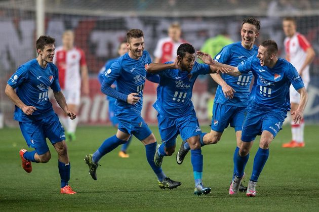 Carlos Azevedo (uprostřed) z Baníku oslavuje se spoluhráči gól na hřišti Slavie.