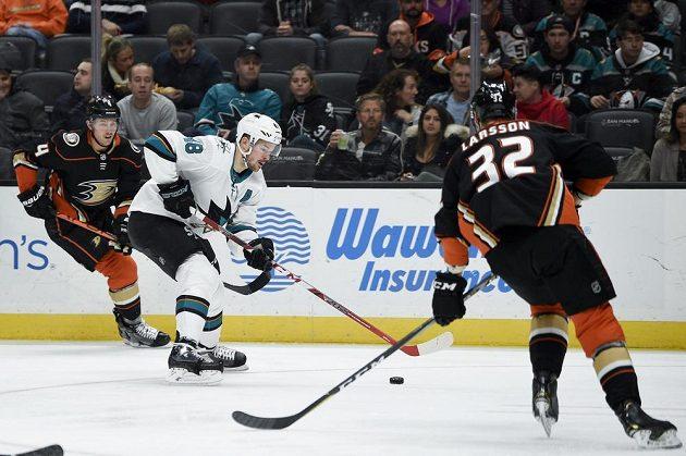 Útočník San Jose Sharks Tomáš Hertl (48) mezi hráči Anaheimu Ducks Camem Fowler (4) a Jacobem Larssonem (32).