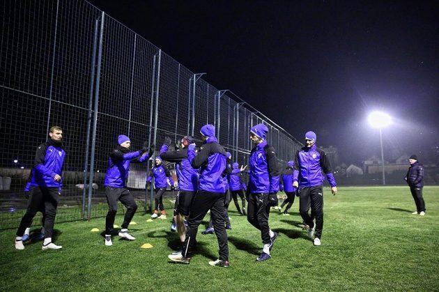 Trénink fotbalistů Plzně probíhal pod umělým osvětlením.