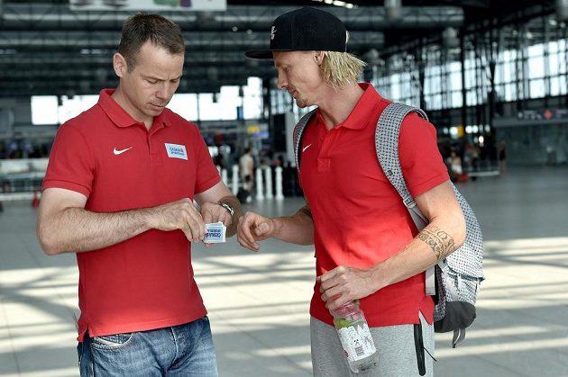 Tomáš Janků (vlevo) a tyčkař Michal Balner na letišti Václava Havla před odletem na atletické mistrovství světa do čínského Pekingu.