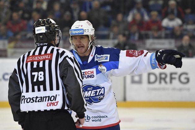 Martin Erat z Brna se dožaduje u rozhodčího Radka Špringla vysvětlení trestu pro Petra Holíka.