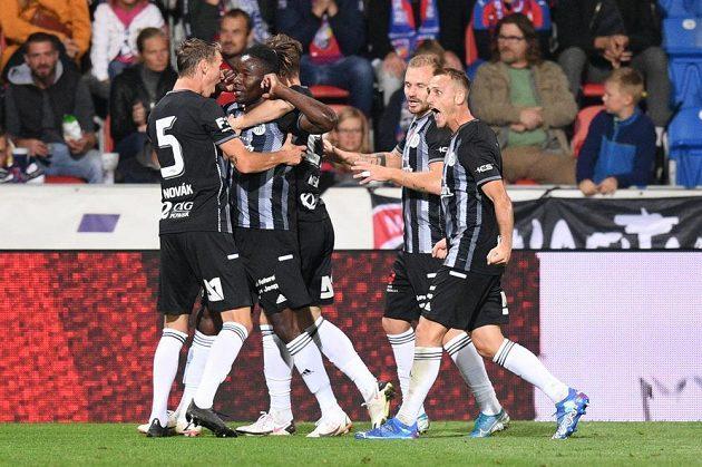 Hráči Budějovic se radují z gólu Basseyho