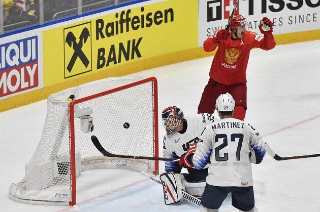 Vpravo se raduje Jevgenij Malkin z Ruska, přihlíží Alec Martinez.