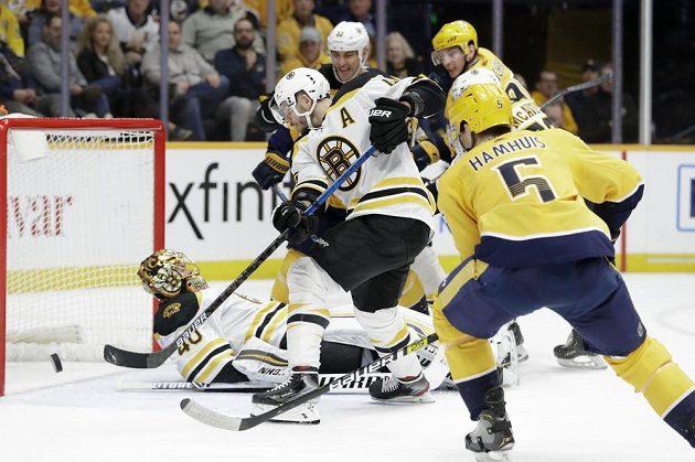 Závar před brankou Bostonu v utkání NHL sleduje i jeho český útočník David Krejčí.