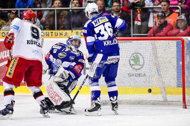 Brankář Marek Čiliak z Brna dostává první gól. Vlevo je Bedřich Köhler z Hradce, vpravo Jakub Krejčík z Brna.