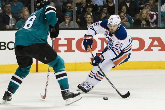 Tomáš Hertl (48) ze San Jose brání Leona Draisatla (29) z Edmontonu.