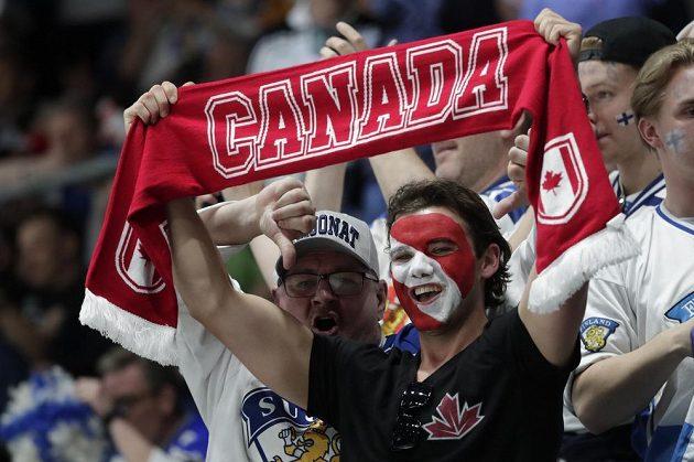Kanadští a finští fanoušci ve finále MS v hokeji.