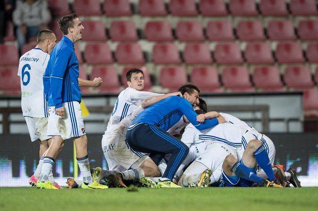 Fotbalisté Baníku Ostrava oslavují vítězství a postup po utkání osmifinále MOL Cupu na hřišti Sparty