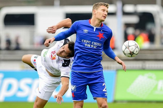 Zleva Adam Vlkanova z Hradce Králové a Milan Škoda ze Slavie v utkání 10. ligového kola.