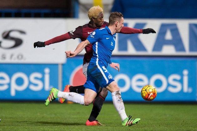 Sparťanský záložník Tiémoko Konaté (vzadu) střílí gól do liberecké sítě. Marně ho stíhá obránce Slovanu Vladimír Coufal.