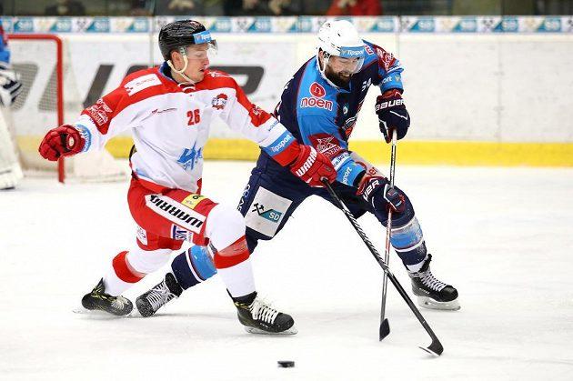Tomáš Slovák z Chomutova a olomoucký hráč Aleš Jergl v souboji během utkání 27. kola hokejové extraligy.