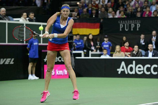Petra Kvitová odvrací míček při zápase finále Fed Cupu proti Němce Kerberové.