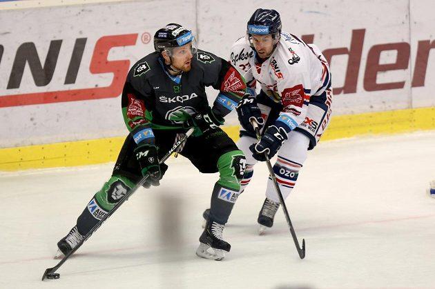 Hokejista Pavel Musil z Mladé Boleslavi (vlevo) a Ondřej Roman z Vítkovic v akci během extraligového utkání.