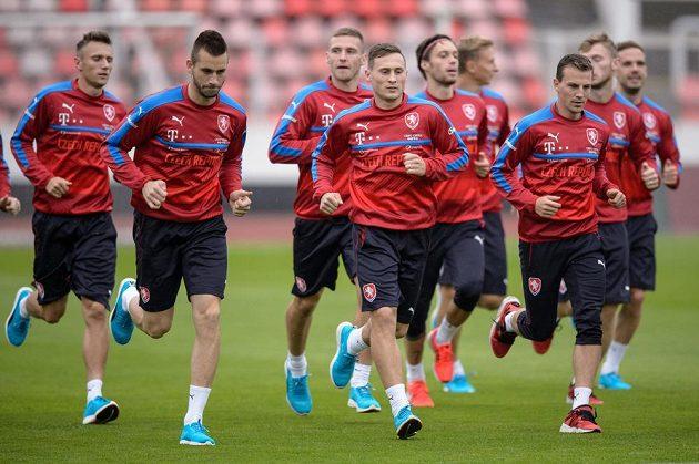 Fotbalisté (zleva) Michael Lüftner, Jan Bořil, Vladimír Darida a spol. během tréninku v Praze.