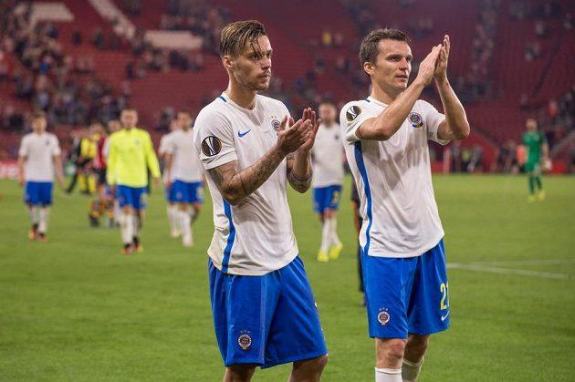 Fotbalisté Sparty Praha Václav Kadlec (vlevo) a David Lafata po prohraném utkání v Southamptonu.