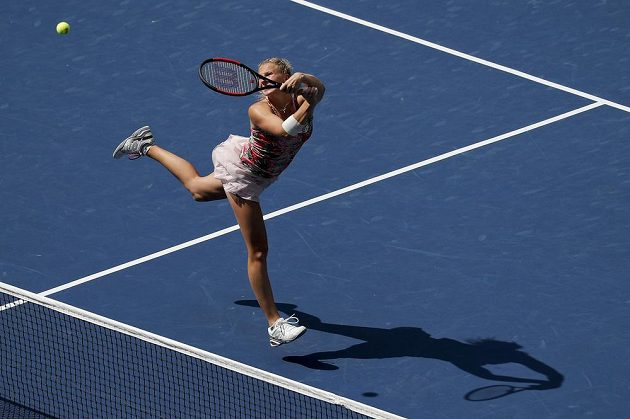 Ekvilibristická poloha Kateřiny Siniakové během finále čtyřhry na US Open.
