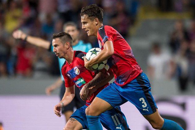 Hlavička plzeňského obránce Aleše Matějů (vpravo) nakonec vítězná nebyla, Ludogorec srovnal v 95. minutě na 2:2.
