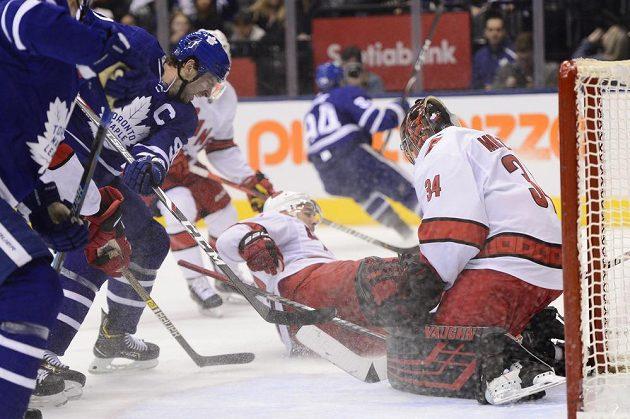 Petr Mrázek v brance Caroliny čelí ataku kapitána Toronta Johna Tavarese.