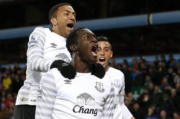 Romelu Lukaku, Aaron Lennon (nahoře) a v pozadí Ramiro Funes Mori oslavují výhru Evertonu ve Villa Parku.