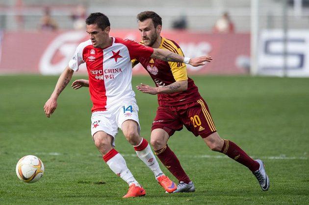 Záložník Slavie Praha Miljan Vukadinovič (vlevo) a Branislav Miloševič z Dukly během utkání 23. kola Synot ligy.