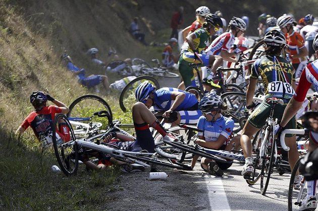 První pád se odehrál v přední části pelotonu, cyklistiky neměly kudy se vyhnout.