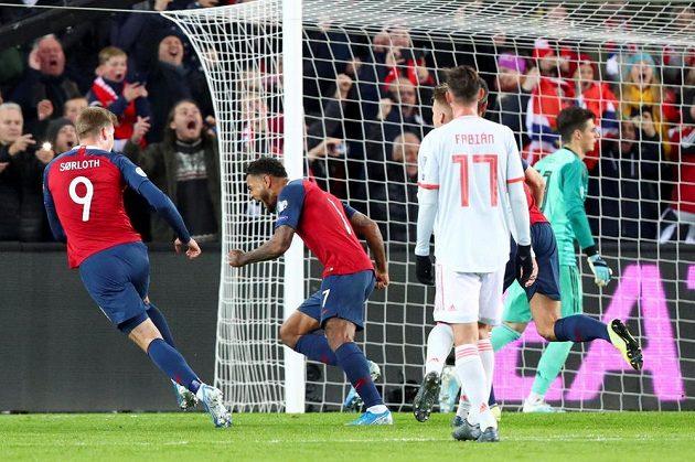 Norská radost! Střelec Kristoffer Joshua King proměnil penaltu a rozhodl o tom, že duel se Španělskem v kvalifikaci o postup na EURO 2020 skončil 1:1.