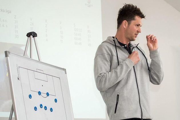 Trenér dorostu U19 pražské Sparty David Holoubek má zajímavé názory na fotbal a jeho budoucnost.