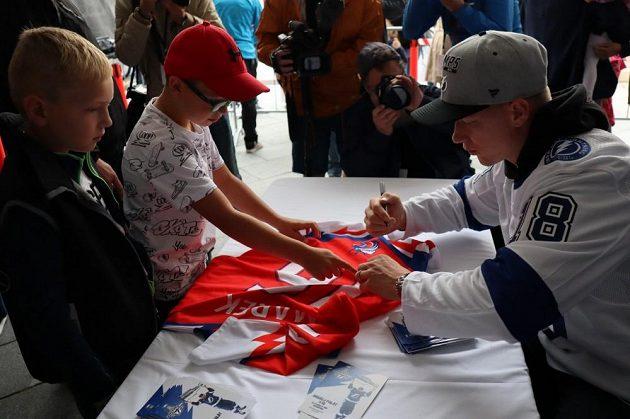 Dvojnásobný vítěz Stanley Cupu Ondřej Palát rozdával cenné autogramy.