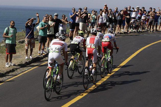 Diváci povzbuzují šestici cyklistů v úniku.