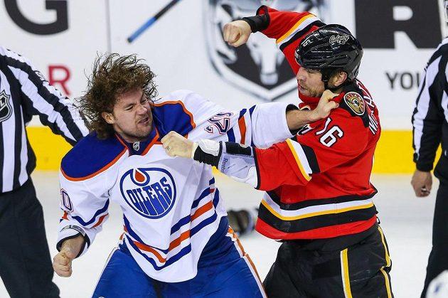 Utkání dvou kanadských týmů bylo okořeněno i bitkou edmontonského Gazdice (vlevo) s McGrattanem z Calgary.